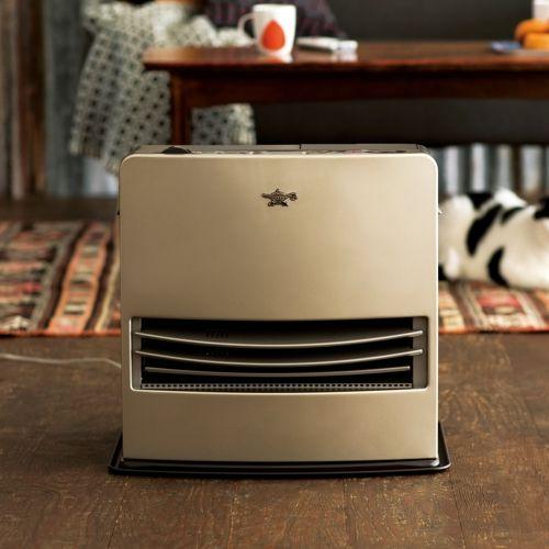 アラジン独自の気流制御。自動で動くルーバーが温風の出る角度を変え、空気の対流を促します。手元で簡単操作ができる「スマートリモコン」を搭載。液晶表示で運転状況を確認できます。ルーバー固定時と比べ、灯油代が年間4,784円(※)もお得に。
