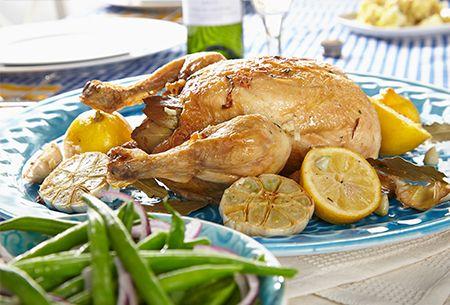 """Diner: Kip met rosébier á la René Pluijm. En we schuiven nog een keer aan voor een heerlijk feestmaal. René maakt een hele kip geroosterd in rosébier met kruiden en sperziebonen. René: """"Een licht gerecht waarbij het bier zorgt voor smaak en sappigheid.""""  Uit: de Coop Keukentafelgids Lente 2014."""