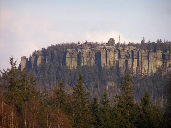 Góry Stołowe są z pewnością jednymi z najbardziej urokliwych. Błędne Skały tworzą labirynt ciasnych korytarzy. Niemałe wrażenie robi też Szczeliniec Wielki 919 m n.p.m., będący najwyższym szczytem całego masywu. Jego charakterystyczny wygląd trudno pomylić z jakimkolwiek innym wzniesieniem. Skały przybrały tutaj najdziwniejsze formy, przypominające często ludzi i zwierzęta, a płaski szczyt jest idealnym punktem widokowym.