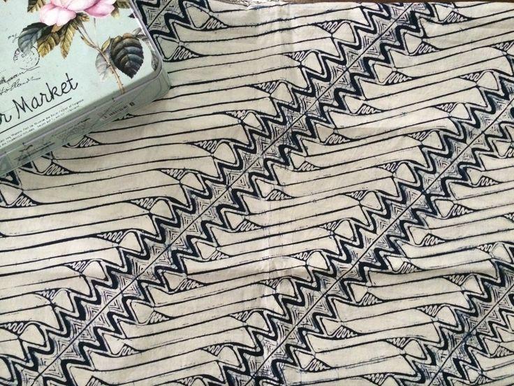 Batik tulis Parang Indigo, Classy and Elegant.  Kain Batik Tulis Parang Indigo dengan motif modern cocok untuk rok dan dress wanita atau kemeja pria.    Ukuran kain 2m X 1m.    Bahan Katun Primissima    Mutu dan kualitas terjamin sangat baik.    Tidak berbau, kain nyaman dipakai