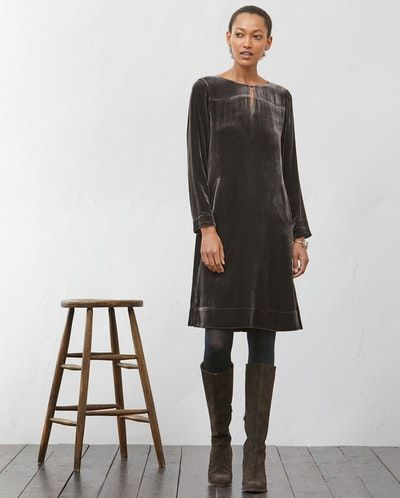 Poetry - Samtkleid mit Schlitzkragen - Unser Partykleid für diese Saison ist aus prächtigem Seidensamt. Sein minimalistischer Schnitt mit leichter A-Silhouette und durchgehendem Rückensaum sorgt für eine vorteilhafte Passform. Der U-Ausschnitt wird von einem Bändchen-Detail akzentuiert, während die zwei seitlichen Paspeltaschen aufwendig mit Seide besetzt sind. 82% Viskose 18% Seide, Besatz 100% Seide