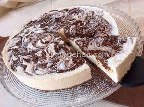 La cheesecake cocco e nutella è una torta fredda golosa e profumata. Una base croccante di biscotti sostiene una morbida mousse al cocco.