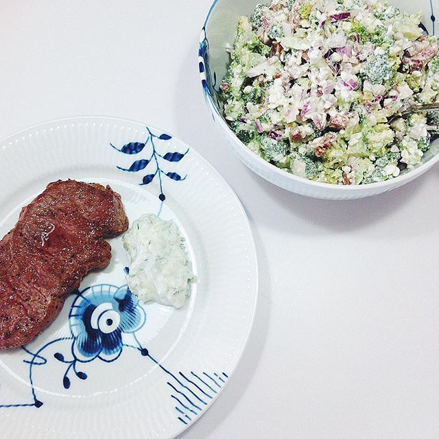 En lækker bøf, en sund broccolisalat og tzatziki.... Broccoli salat : en broccoli, et rødløg, 1 pakke kalkun bacon, skyr, hytteost, citron, salt og peber.  Skær broccolien i små-mund stykker og i en skål. Skær rødløg i små fine tern. Steg kalkun-bacon til det er gylden brunt og over i skålen. Tilsæt skyr (jeg brugt omkring 3 spsk) og hytteost (også omkring 3 spsk) og smag efter med salt, peber og citron.