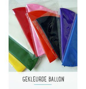 Grote gekleurde ballonnen. Maak er iets bijzonders van door er decoslingers of tassels aan te hangen.  Of gebruik ze om het geslacht van je baby op een originele manier te verklappen! Doe roze of blauwe confetti in een zwarte ballon en laat deze kapot prikken door… Succes gegarandeerd!