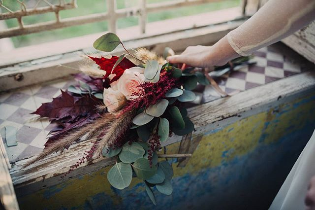 Esos pequeños detalles. #Vestidodenovia @sara__lage #flores #ramo#@13rosas.floristeria  #model @srtamarinaperez  #inspirationwedding #sesioninspiracion #bodas #thebride #lovewedding #bodasmurcia