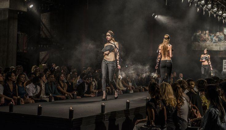Il regista Paolo Genovese ricrea nel film le sfilate della Milano Fashion Week e questa è il concept pensato da Guia (Liz Solari) per far sfilare i capi di Two women in the word #set1