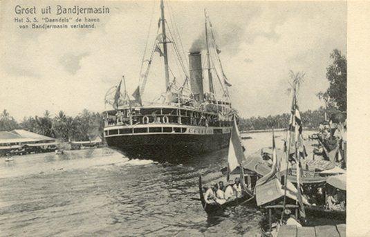 Het S.S. Daendels in de haven van Bandjermasin 1900-1920.