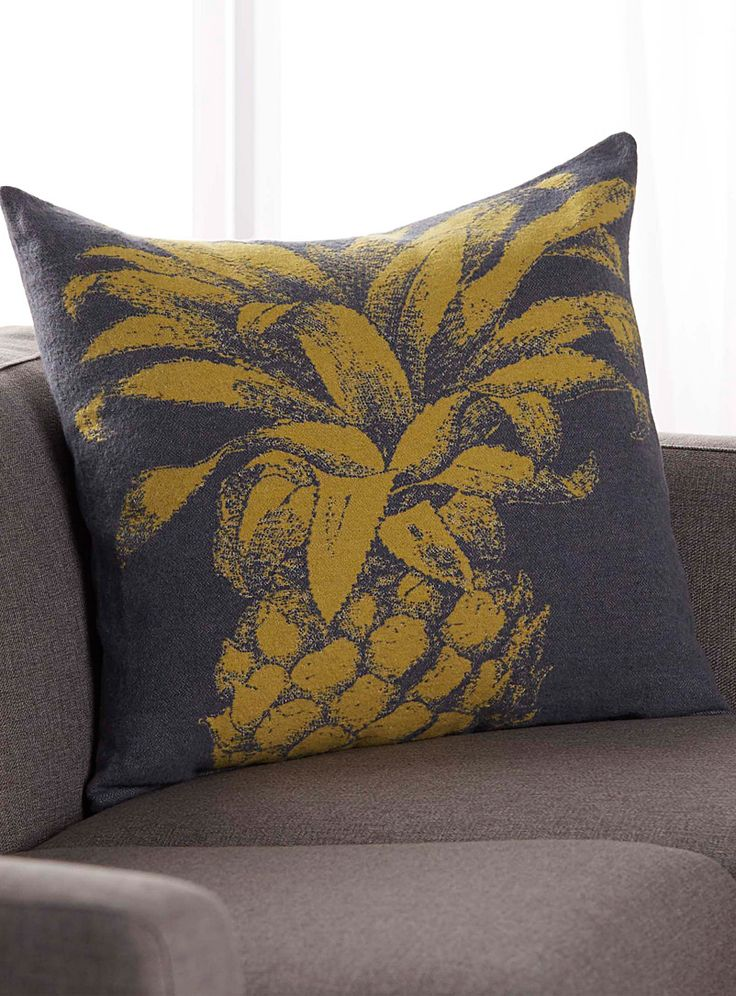 European David Fussenegger collection at Simons Maison. A graphic and modern interpretation of the trendy tropical fruit, printed in an accent stencil-like chartreuse hue on a charcoal grey background. - Ultra soft and silky knit - Matching solid colour at the back - Washable with removable cover, opening at the back - 60 x 60 cm