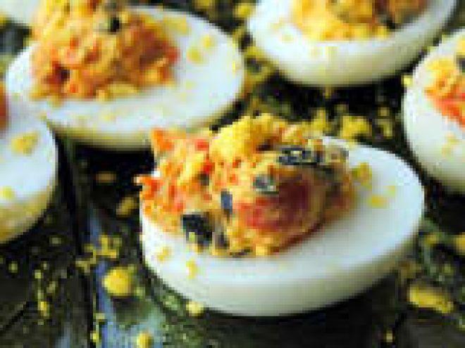 Uova sode ripieni di peperoni