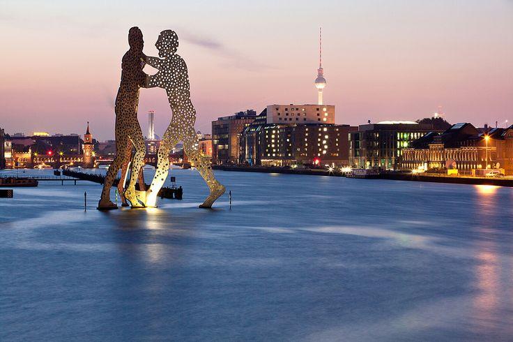 Molecule Man - die 30m hohe Skulptur (vom amerikanischen Bildhauer Jonathan Borofsky) steht seit Mai 1999 in der Spree