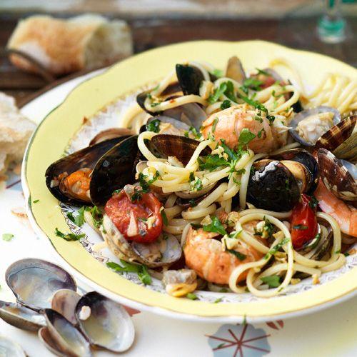 Met dit recept zet je in een handomdraai pasta met verschillende soorten vis op tafel. De peterselie en witte wijn maken het helemaal af! 1 Doe de mosselen en venusschelpen in een grote pan water. Laat ze 30 minuten staan en was ze daarna...