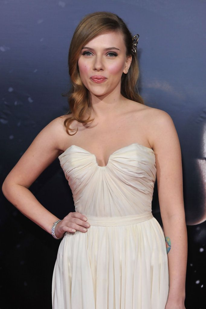 "Scarlett Johansson Photos - Actress Scarlett Johansson arrives at the Los Angeles premiere of Lionsgate's 'The Spirit' held at Grauman's Chinese Theatre on December 17, 2008 in Hollywood, California. (Photo by Frazer Harrison/Getty Images) <i></i>* Local Caption <i></i>* Scarlett Johansson - Premiere Of Lionsgate's ""The Spirit"" - Arrivals"