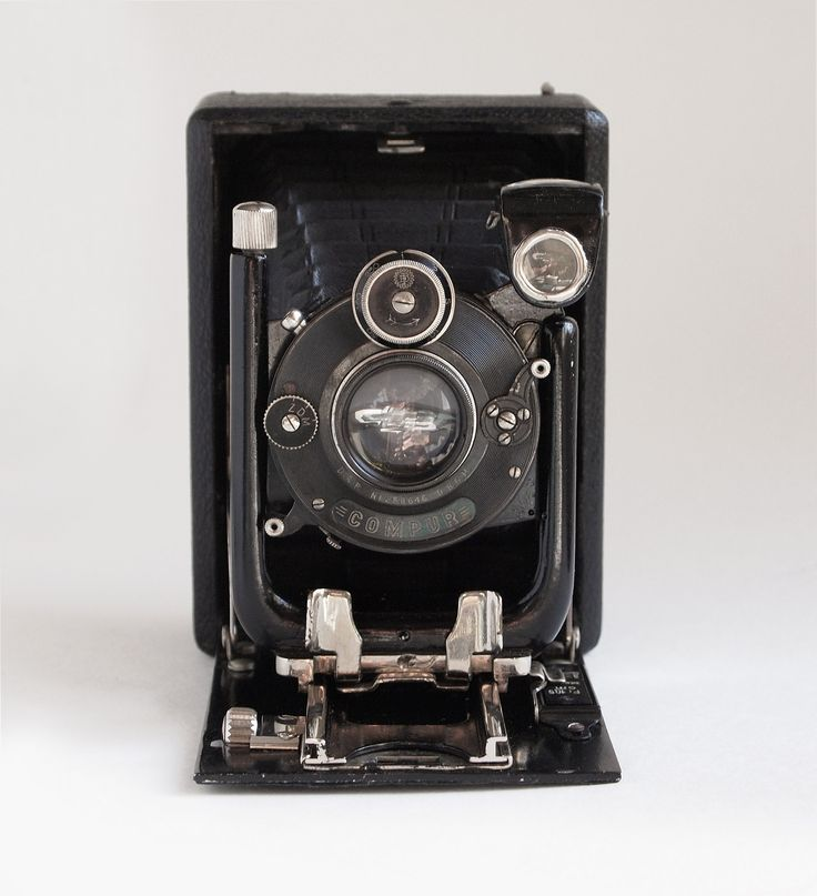 Glunz & Sohn 6.5x9cm Plate Camera | Wooden-bodied 6.5x9cm 'hand & stand' folding plate camera by Glunz & Sohn Kamerawerk Hannover. Possibly a Model 0. Carl Zeiss Tessar f4.5 lens in a dial set Compur shutter (stopping down to f36; serial numbers dated c.1919). Front rise and cross movements, single extension bellows, brilliant finder.