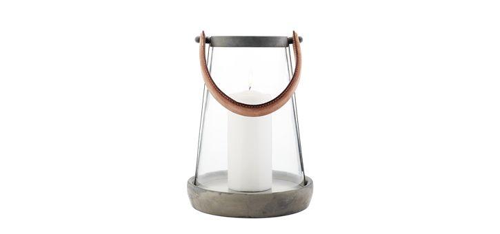 Zinky lanternen er lavet i zink, glas og afsluttet med en smuk hank i læder. Designet er fyldt med små fine detaljer, som sammen med de gode materialer gør lanternen til en dekorativ udsmykning.