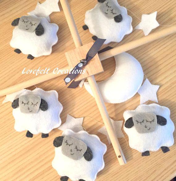 Bébé berceau Mobile Mobile mouton agneau par lovefeltmobiles