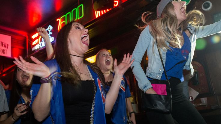 Game 6 Zbigniew Bzdak / Chicago Tribune Fans cheer as they watch Game 6 of the World Series at Sluggers World Class Sports Bar in Wrigleyville on November 1, 2016.