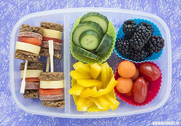 Regenboog bento! Geef een gekleurde lunchtrommel mee naar school. Een gezonde en gevarieerde lunchtrommel vullen doe je zo. #DutchBento