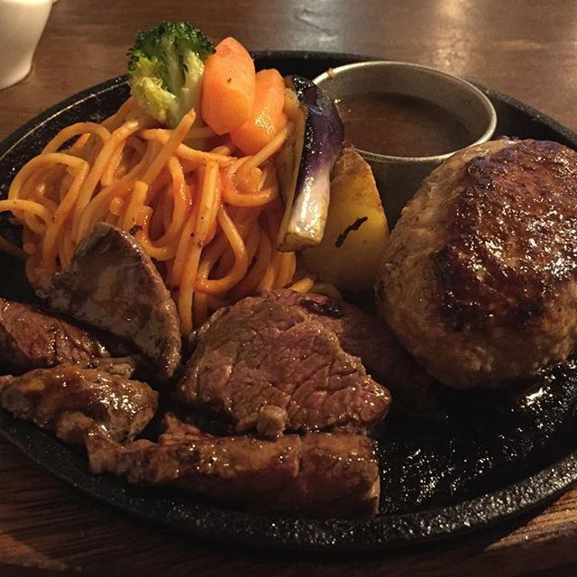 ここのハンバーグが好きです。 ハンバーグ200gステーキ100g #ひげ#ステーキ#ハンバーグ#steak#肉#meet#ナポリタン#パスタ#ランチ#lunch#札幌#すすきの#札幌ランチ