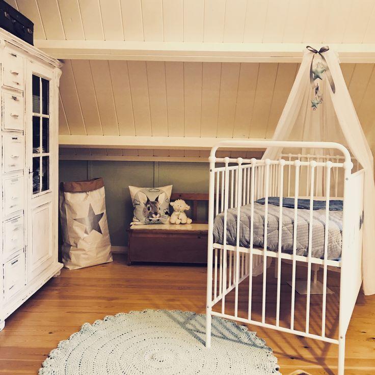 De #babykamer is af! Veel #mintgroen, #wit en #hout voor ons mannetje. Een metalen #ledikantje, gehaakt #vloerkleed en brocante #kledingkast. Met Hart en Hout Interieurstyling. #babyroom #vintage #nursery #kidsmill
