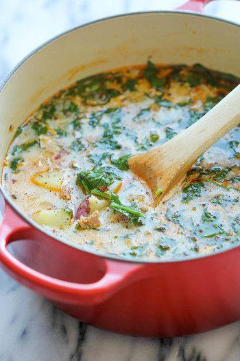 【ソーセージ、ポテト、ほうれん草スープ】 材料:オリーブオイル大さじ1、ソーセージ(スパイシーなものをレシピでは使用)約454g、にんにく3かけ(みじん切り)、玉ねぎ1個(さいの目カット)、乾燥オレガノ小さじ1/2、乾燥バジル小さじ1/2、レッドペッパー(お好みで)小さじ1/2、塩・黒こしょう少々、チキンストック5カップ、ローリエの葉1枚、じゃがいも(レシピではレッドポテトを使用)約454g(さいの目カット)、ベビーほうれん草(サラダほうれん草)3カップ、生クリーム(脂肪分36%以上)1/4カップ…