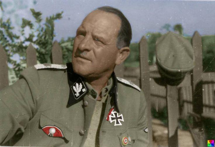 """Josef """"Sepp"""" Dietrich (28-5-1892 / 21-1966) fue un Waffen-SS General y miembro del partido nazi de la Alemania nazi. Fue uno de los soldados más condecorados de la Alemania nazi del ejército durante la Segunda Guerra Mundial. Antes de 1929, era chofer y guardaespaldas de Hitler, pero recibió un rápido ascenso tras su participación en el asesinato de opositores políticos de Hitler durante la Noche de los cuchillos largos. Pasó sólo 10 años en la cárcel por su salud. Su funeral fue…"""