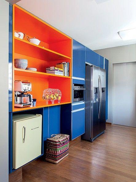 A cozinha projetada por Maurício Arruda tem armários com cores intensas. Os móveis já existiam antes da reforma e o revestimento com laca foi uma solução rápida e barata