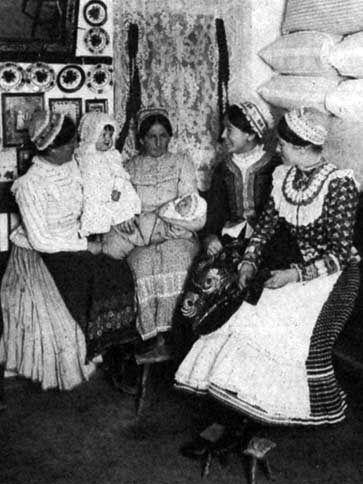 """Asszonyok ujjasban. A két szélsőn """"csipkés ráncoska"""", a középső jobb oldalin régies """"testállás"""", a bal oldalin bő derekú """"szálika"""" (Szentistván, Borsod-Abaúj-Zemplén m., 1930-as évek"""
