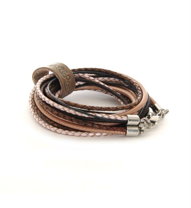 Pimps & Pearls handgemaakte leren armband model Moess Valentijn. De leren armband heeft diverse mogelijkheden. Moesss kan zowel als armband, ketting, heupriempje en als laarssieraad gedragen worden. Kortom, Stoer & Stijlvol! - Bronskleurig-parelmoer-bruin - NummerZestien.eu