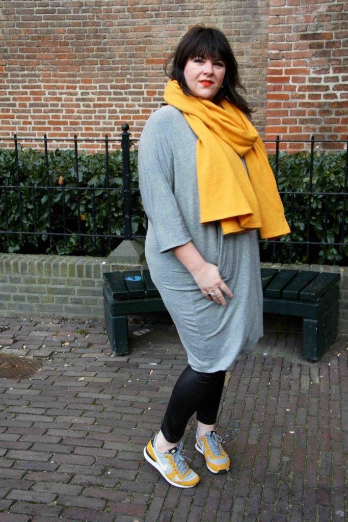 x-two, grijxe jurk, gele sjaal, zwarte legging, sneakers