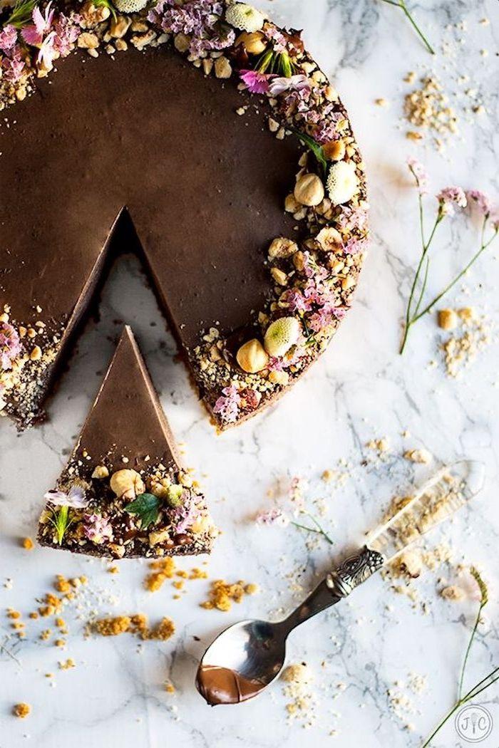 geburtstagskuchen backen, torte mit schokolade und nüssen