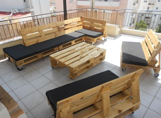 Black outdoor pallet lounge