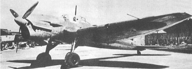 Heinkel He 118 sin identificar, pero en el que se puede apreciar débilmente la insignia japonesa bajo la semiala de babor.Puede que la fotografía esté tomada en Gifu.