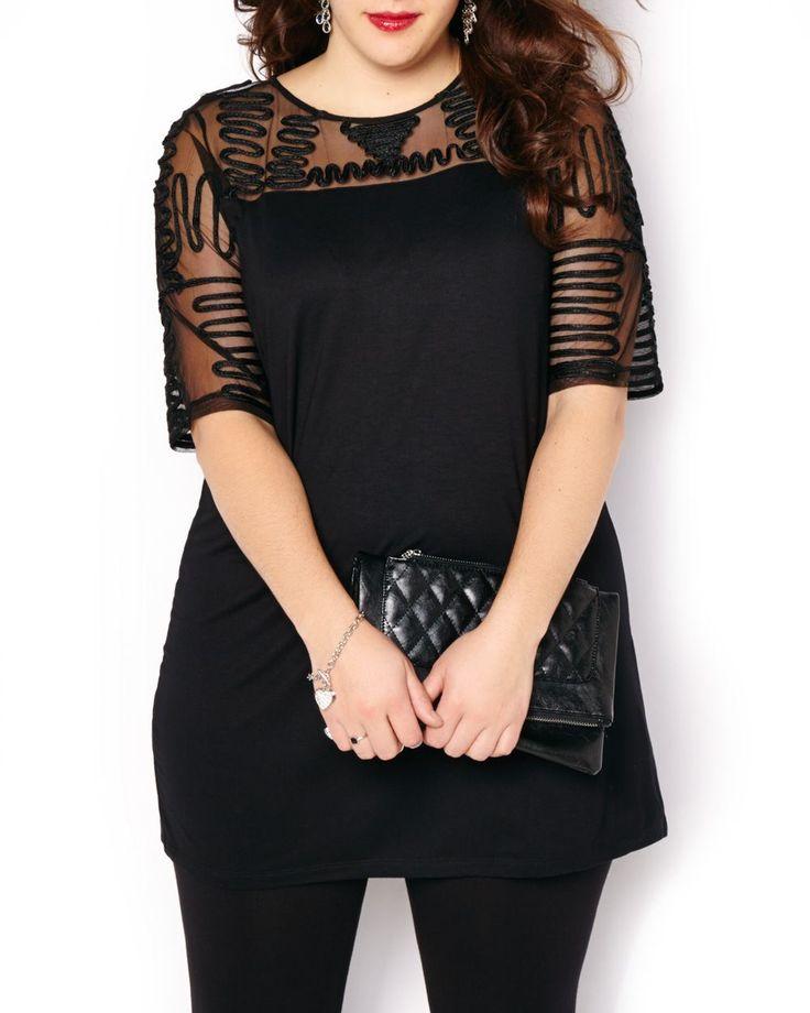 Complétez votre look festif avec ce haut taille plus original et confortable! Il possède un motif unique enjolivé d'un ruban et de mailles, des manches 3/4, de même qu'un tissu doux et uni. Agencez-le avec un jean foncé et des talons hauts! Longueur : 34 pouces.