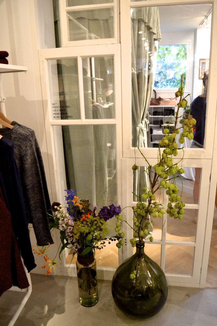 Inspirerende anecdotes en groene porseleinen tegels in de boutique van Anecdote   roomed.nl