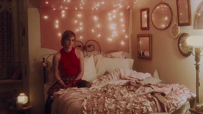 No filme, que gira em torno da história de Charlie (Logan Lerman), Sam é uma amiga doce, porém firme e decidida. Também é uma menina engraçada e determinada que já viveu muita coisa, mas descobriu maneiras de lidar com os problemas sem perder o bom humor. Seu quarto reflete justamente a essa personalidade forte e sonhadora.
