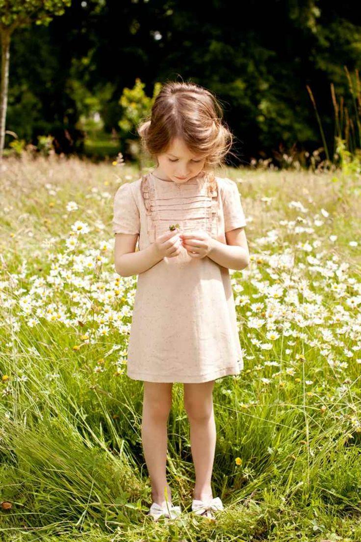 mode-petite-fille-été-robe-été-courte-beige-clair-sandales-blanches