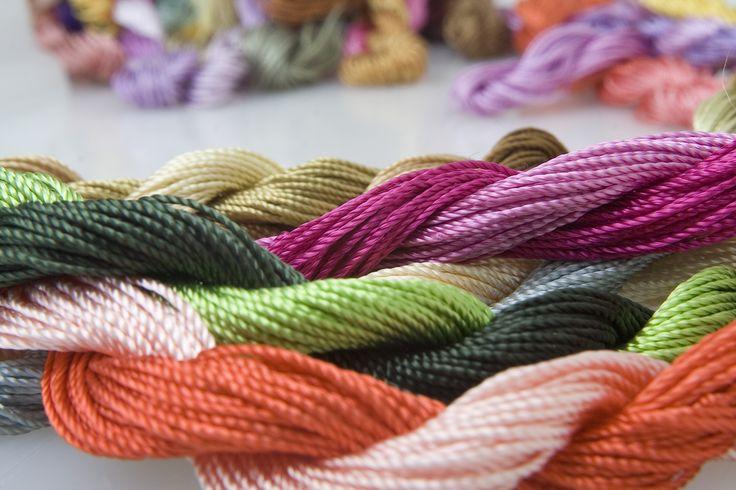 Birçok el nakışında kullanılan parlak bir ipliktir.