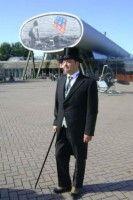 Het is het jaar 1886 en Cornelis Lely is net ingenieur bij de Zuiderzeevereniging geworden, een vereniging die zich de afsluiting en inpoldering van de Zuiderzee ten doel stelt. Lely gaat in gesprek met het publiek en vertelt over zijn plannen voor de Zuiderzee. Hij legt uit waarom zijn plan wel gaat werken en eerdere plannen niet. - See more at: http://historischhuren.nl/object/beleef-het-verleden-cornelis-lely/#sthash.OULsQAFI.dpuf