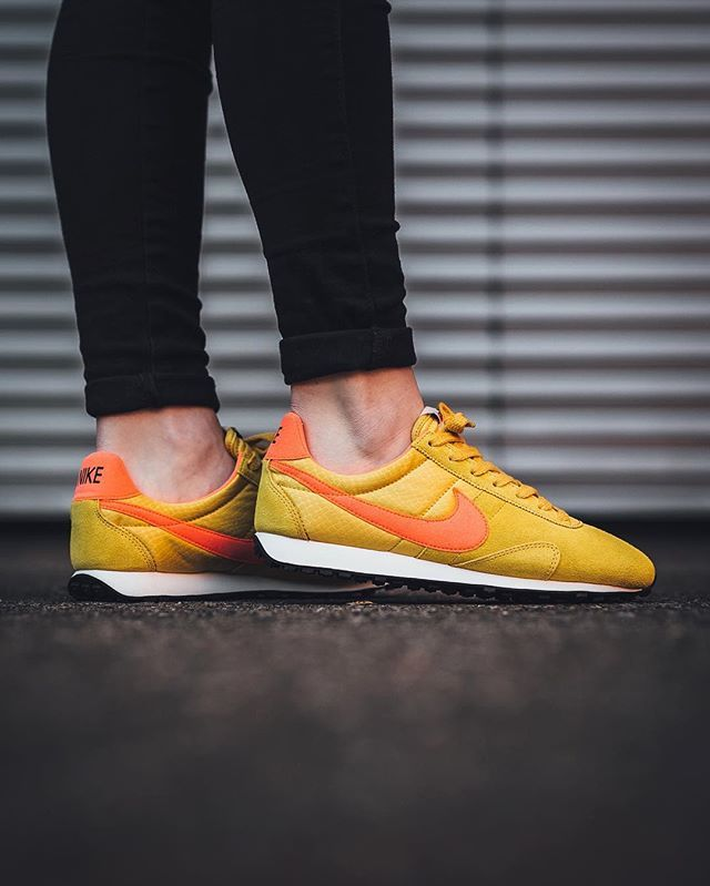 just in Nike Wmns Pre Montreal Racer Vintage - Gold Dart/Total Crimson-Sail- Black available now in-store and online Berne & Zurich ⬆ link in bio.