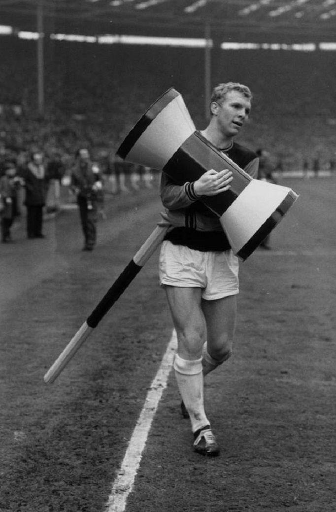 Bobby Moore del West Ham United y capitán de Inglaterra, lleva un martillo inflable gigante después de de que el West Ham ganó la FA Cup 1964, superando a Preston North End por 3-2