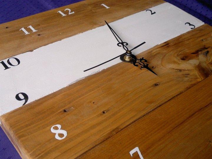 Reloj realizado (a pedido) en madera reciclada de palet  No dude en consultar  tel.: 4289-1035