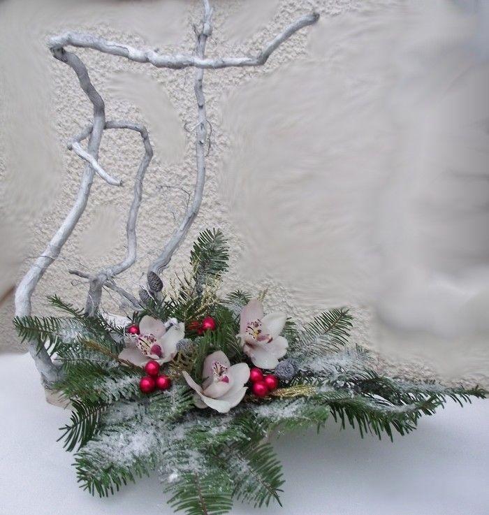 Pour cette composition, j'ai collé sur une planche des racines d'arbre que j'ai cloué , collé et peint en blanc.Dans une coupelle en plastique avec de la mousse oasis j'ai planté des branches de sapin, des orchidées dans les pipettes et des boules rouges. Sur le tout j'ai bombé avec de la colle et ajouté de la neige artificielle.