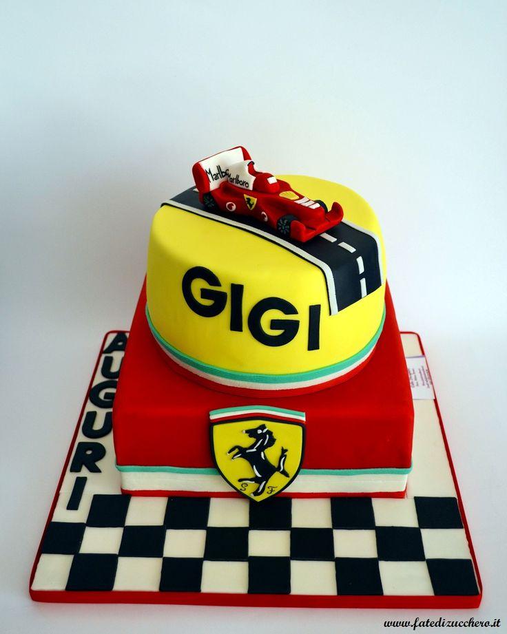 Torta Ferrari: con Ferrari 3D e stemma fedelmente modellati a mano, senza stampi, dedica personalizzata e vassoio decorato con bandiera a scacchi