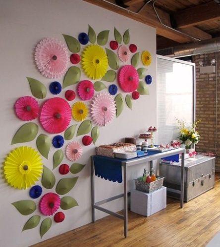 Flores de papel com inspiração japonesa também podem dar um ar divertido e artístico a sua casa. Neste exemplo, a instalação foi feita com figuras de diversos tamanhos aliadas às folhas feitas em relevo com papelão