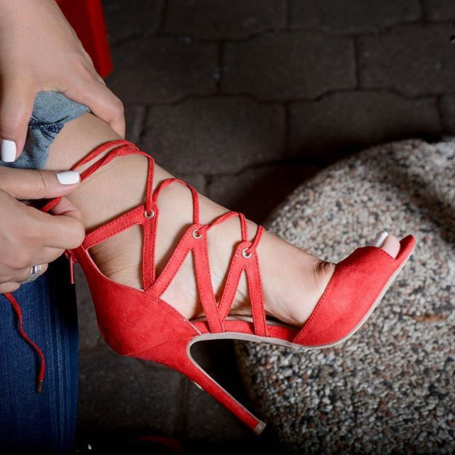 Zapatillas rojas de cordones. Las zapatillas de tirantes se han vuelto tendencia al igual que las zapatillas con cordones. A diario vemos diferentes formas y colores de la misma.  #bfashionista #bfashionistard #tacones #tacon #zapatillas #fashion #heels #dominicanamoda #moda #bfashionistalovers #zapatos #fashionblogger #dominicanbloggers #blogger #tacones #republicadominicanalotienetodo