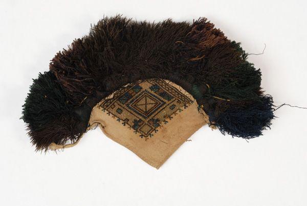 Αλεξάνδρεια Ημαθίας Φούντες σε υφαντό βαμβακερό ύφασμα, κεντημένο με γεωμετρικά σχήματα και σταυρό στο κέντρο. Εξάρτημα από το κατσούλι της νύφης.