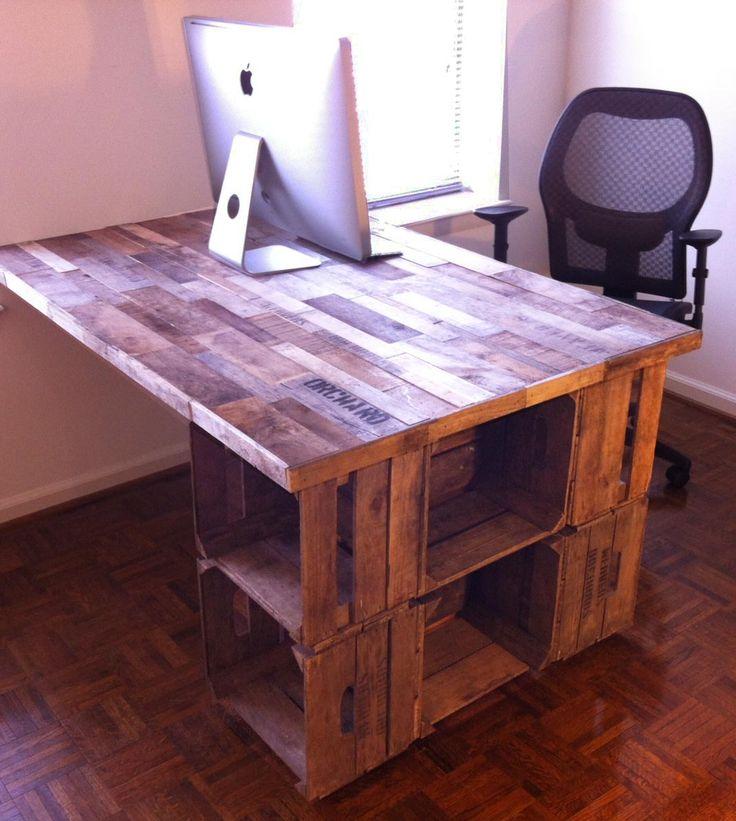 Bureau fabrique a partir de caisses a vin. Office desk made with crates.