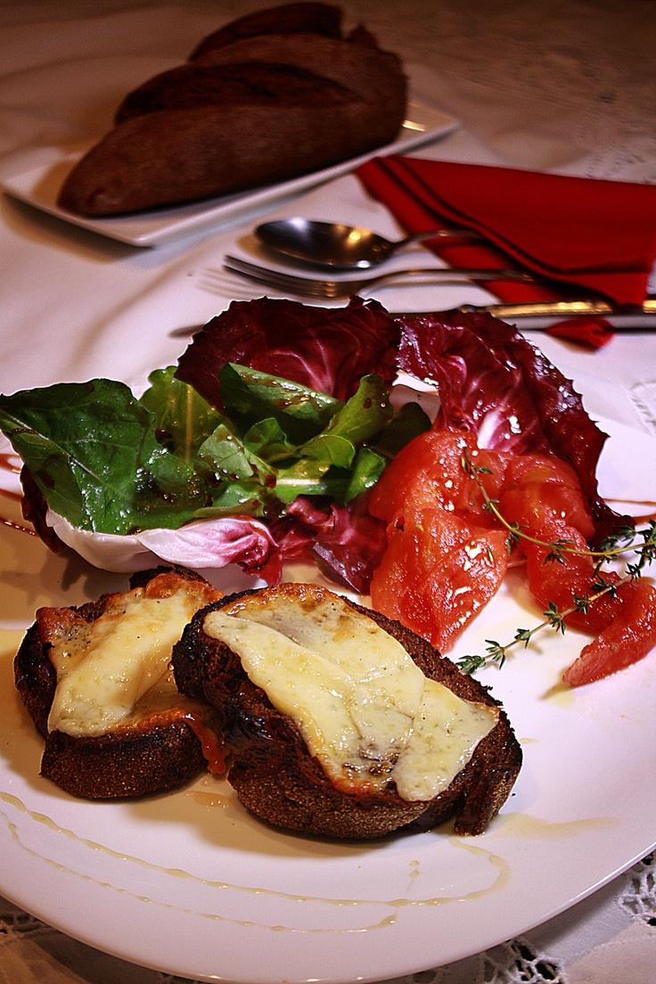 Torradinhas de Pão Australiano com Queijo de Ovelha Gratinado e Mel de Trufas acompanhando Salada de Tomate confit. e Mix de Folhas no Balsâmico de Framboesa