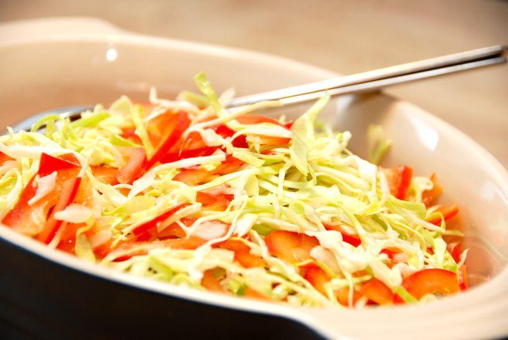 Opskrift på en virkelig lækker peberfrugtsalat med spidskål og honningdressing, der laves af olivenolie, citronsaft og honning. Peberfrugtsalat med spidskål og honningdressing er en meget nem salat…