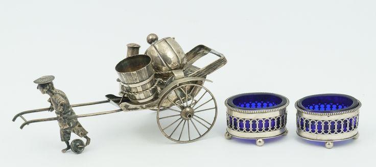 Een paar zilveren zoutvaatjes met parelrand op bolpootjes, met blauwglazen binnenbak, Holland